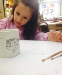nena gisela pintant per al pare
